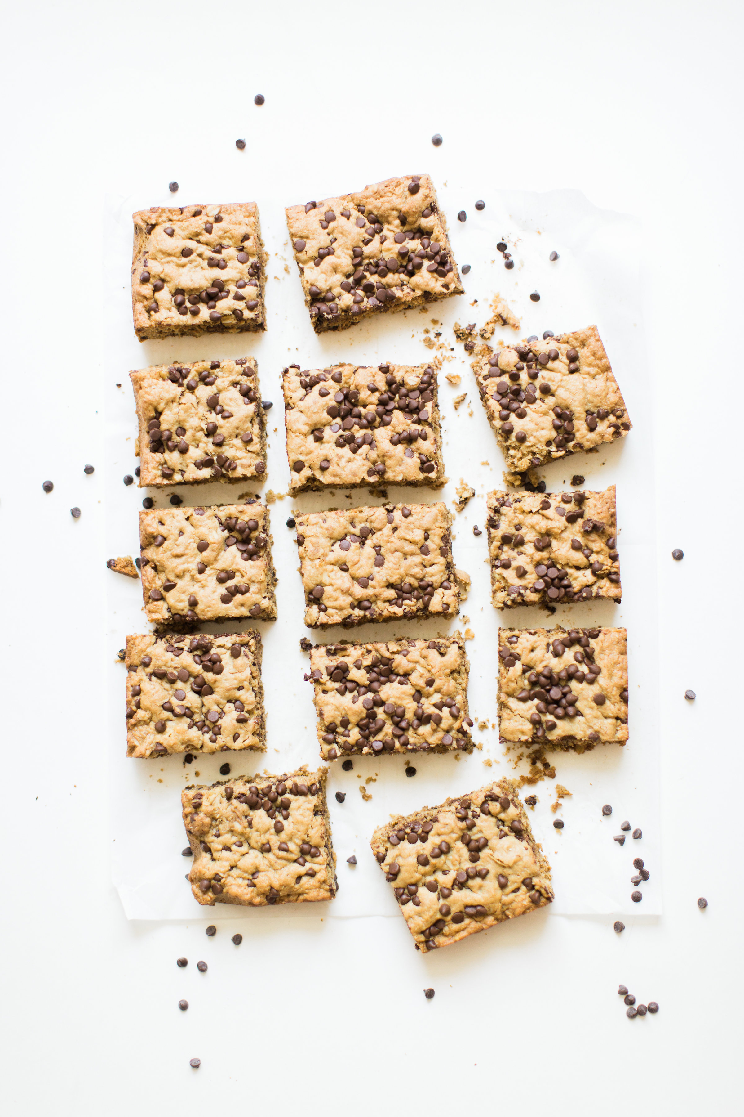 Delicious chocolate chip oatmeal cookies made extra simple by baking them up in a big batch of bars, these super moistchocolate chip oatmeal cookie bars are a favorite of our whole family, and for good reason! #oatmealcookies #oatmealcookiebars #cookiebars #cookierecipe #oatmealcookierecipe #dairyfree | glitterinc.com | @glitterinc