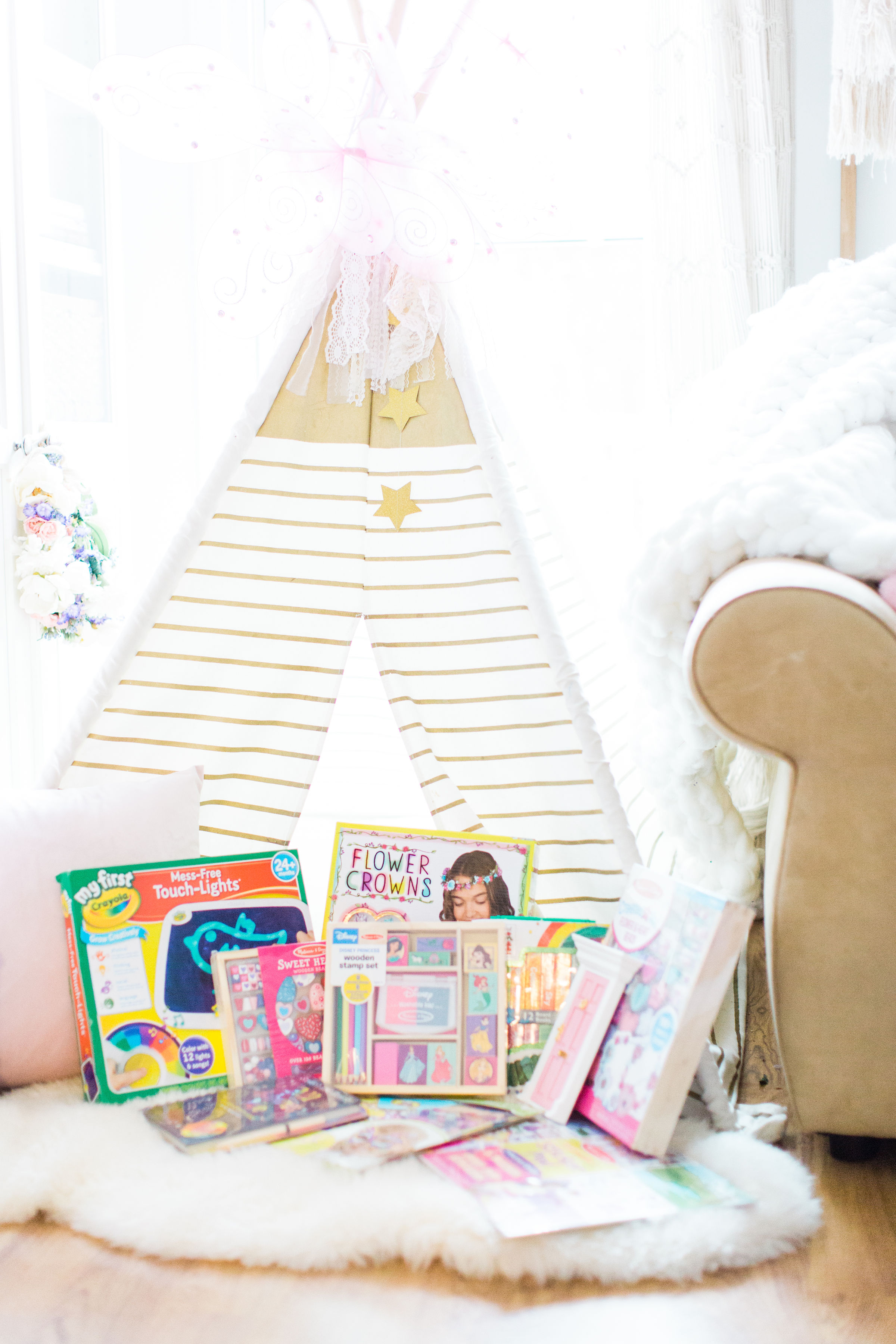 Searching for the perfect holiday gift for the little kids in your life? Fret not; I've rounded up all of the best toys and crafts that little kids will not only love, but use for years to come! Click through for the details. #giftguide #kidstoys | glitterinc.com | @glitterinc