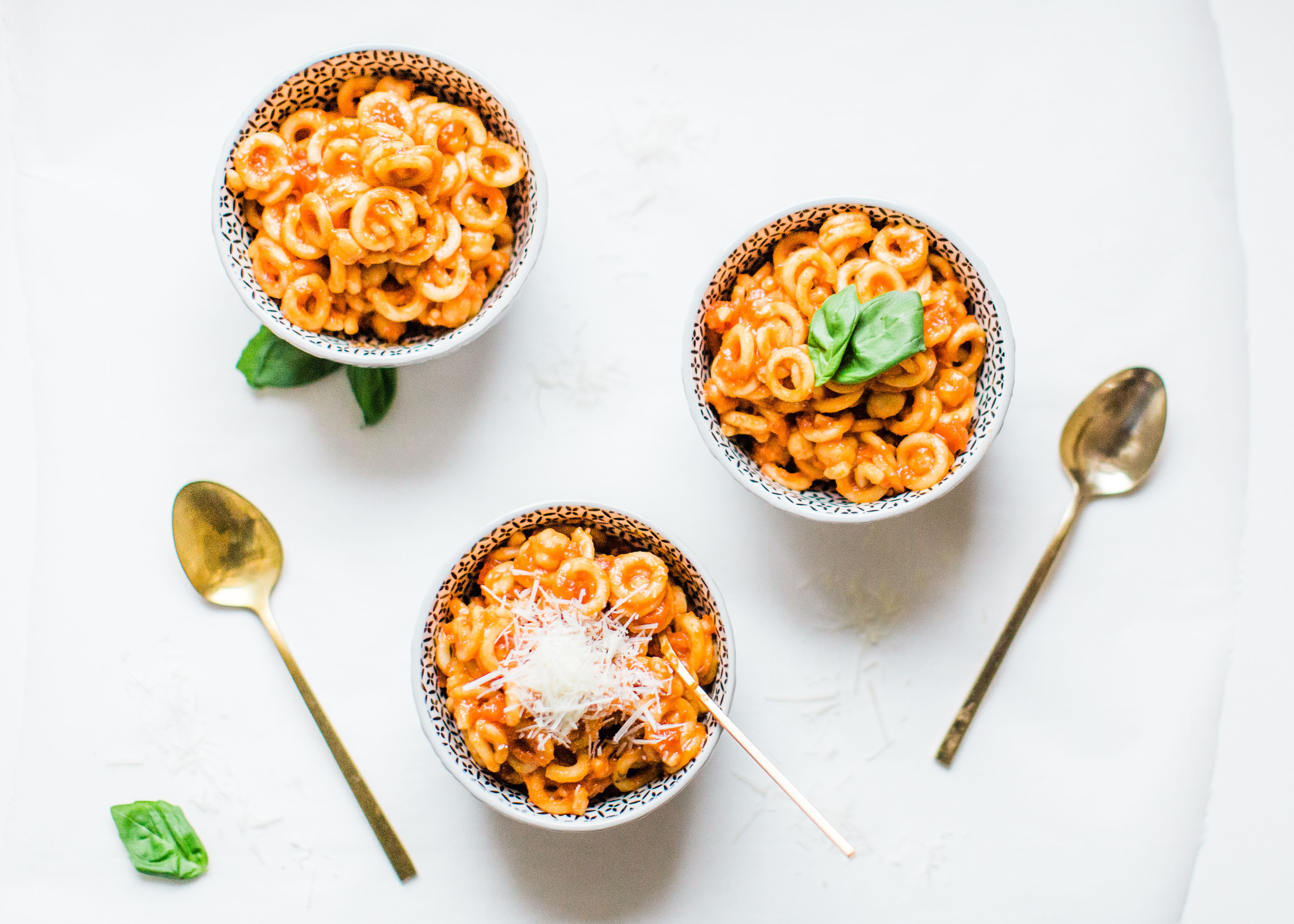 Looking for a delicious one-pot 30-minute vegetarian dinner your whole family will love? Pasta e Ceci; a.k.a., the classic Roman recipe for hearty pasta and chickpeas are the modern day healthy Spaghettios, and OH MY GOSH, they are good! Click through for the recipe. #grownupspaghettios #spaghettios #healthydinner #vegetarianmeal #vegetariandinner #pastaececi #pastaandchickpeas #onepotmeal #onepotdinner | glitterinc.com | @glitterinc