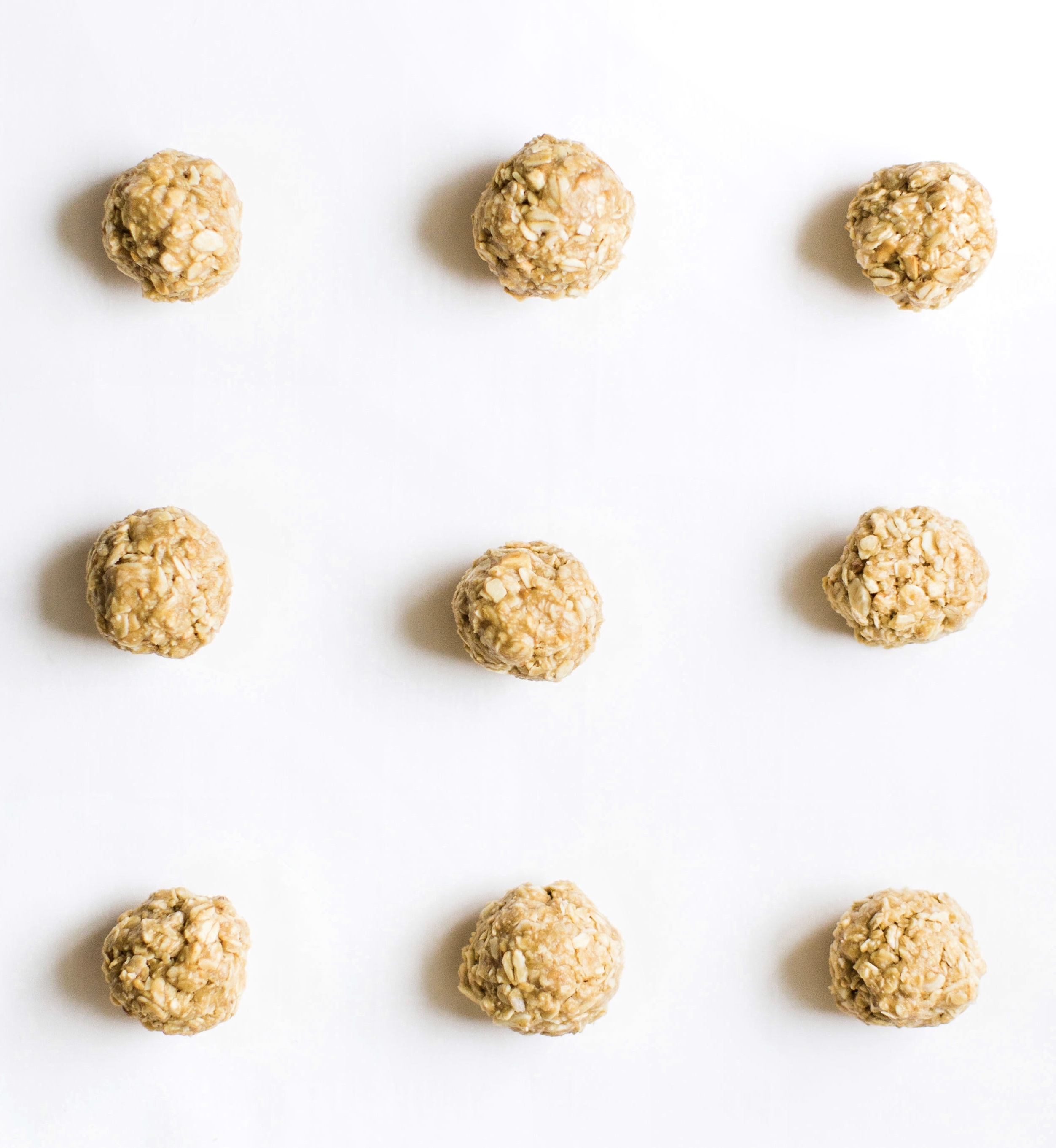 These no-bake energy bites are easy to make, the perfect combination of sweet and salty, have plenty of added protein thanks to the peanut butter, and kids absolutely love them because they're basically delicious no-bake cookies! Click through for the recipe. #snack #energybites #nobake #nobakecookies #healthysnack #kidssnack | glitterinc.com | @glitterinc