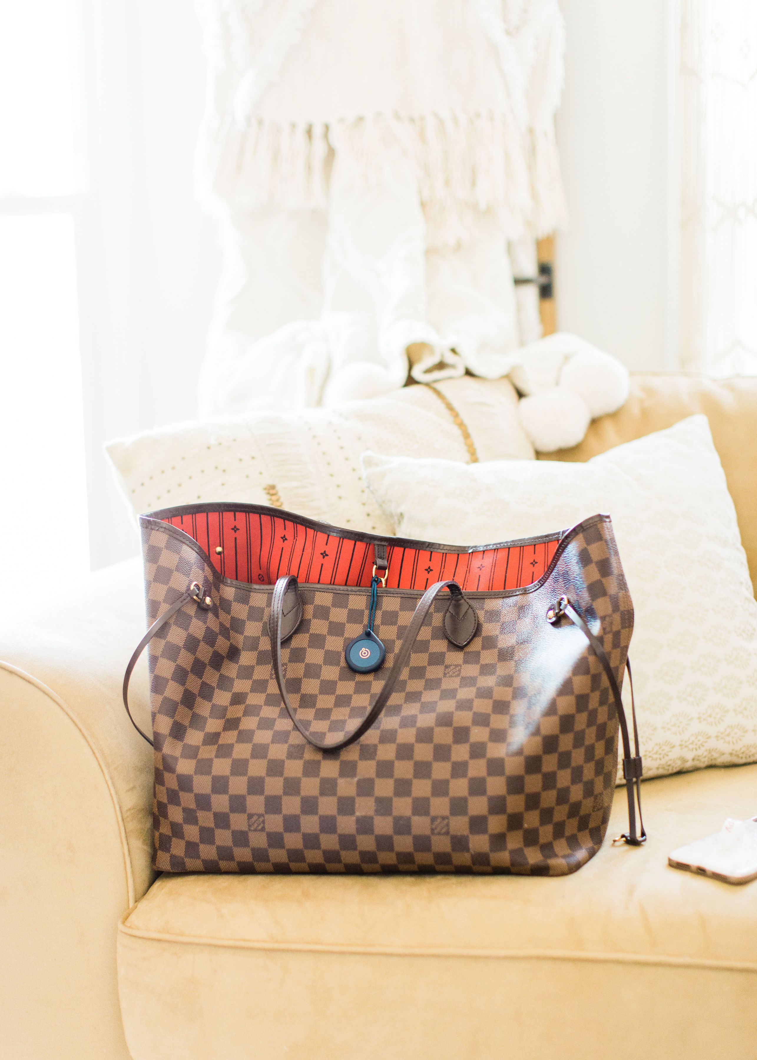 8 tips for avoiding the morning chaos, including actionable ways to stay on time, keep organized, and find a little bit of morning calm, including my new favorite mom hack - Adero - that now has a permanent spot in my diaper bag. | glitterinc.com | @glitterinc