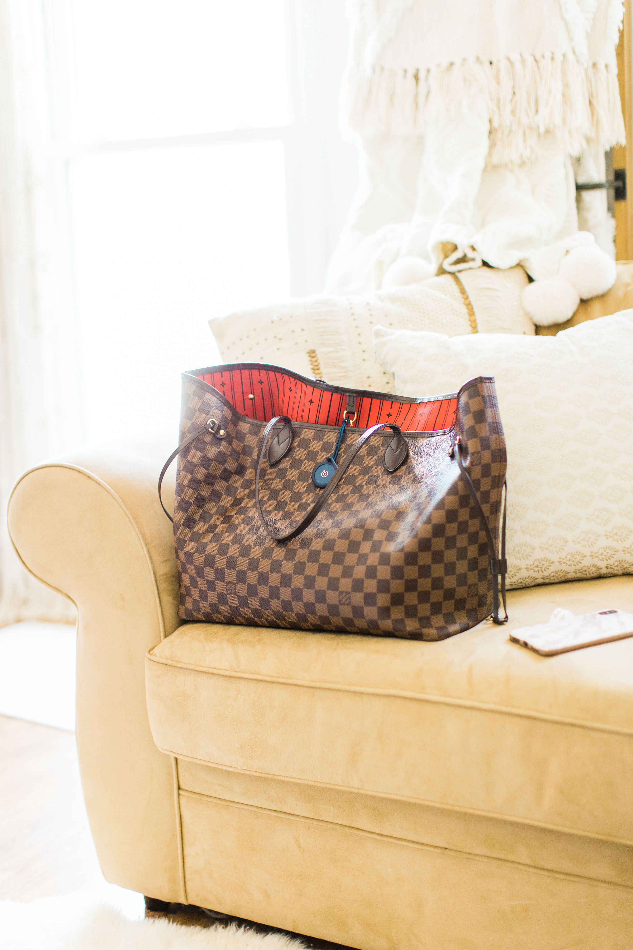 tips for avoiding the morning chaos, including actionable ways to stay on time, keep organized, and find a little bit of morning calm, including my new favorite mom hack - Adero - that now has a permanent spot in my diaper bag. | glitterinc.com | @glitterinc