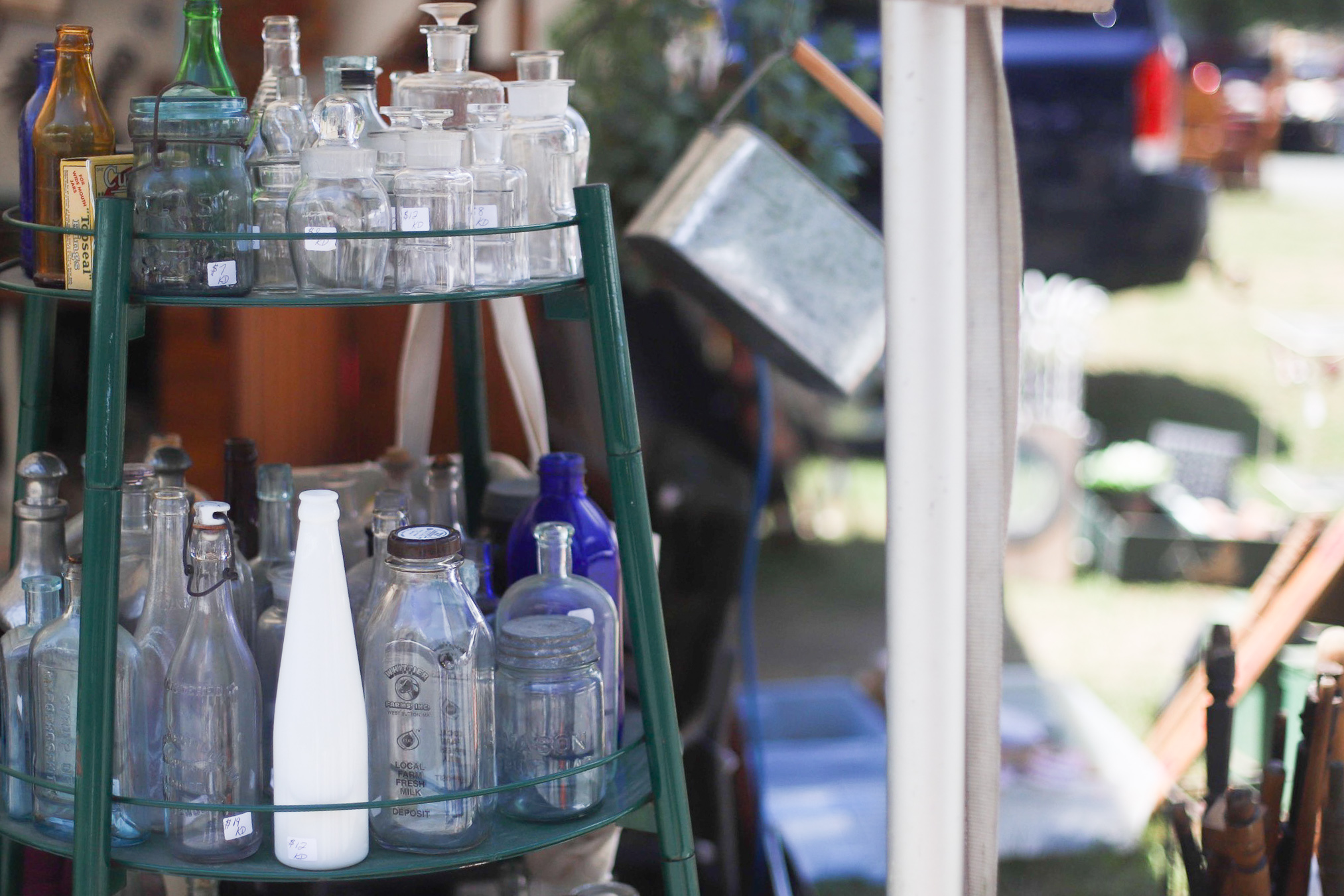A guide to the Brimfield Antique Show and Flea Market- the largest of its kind in the country - and how to score the best vintage and thrift finds there! | glitterinc.com | @glitterinc