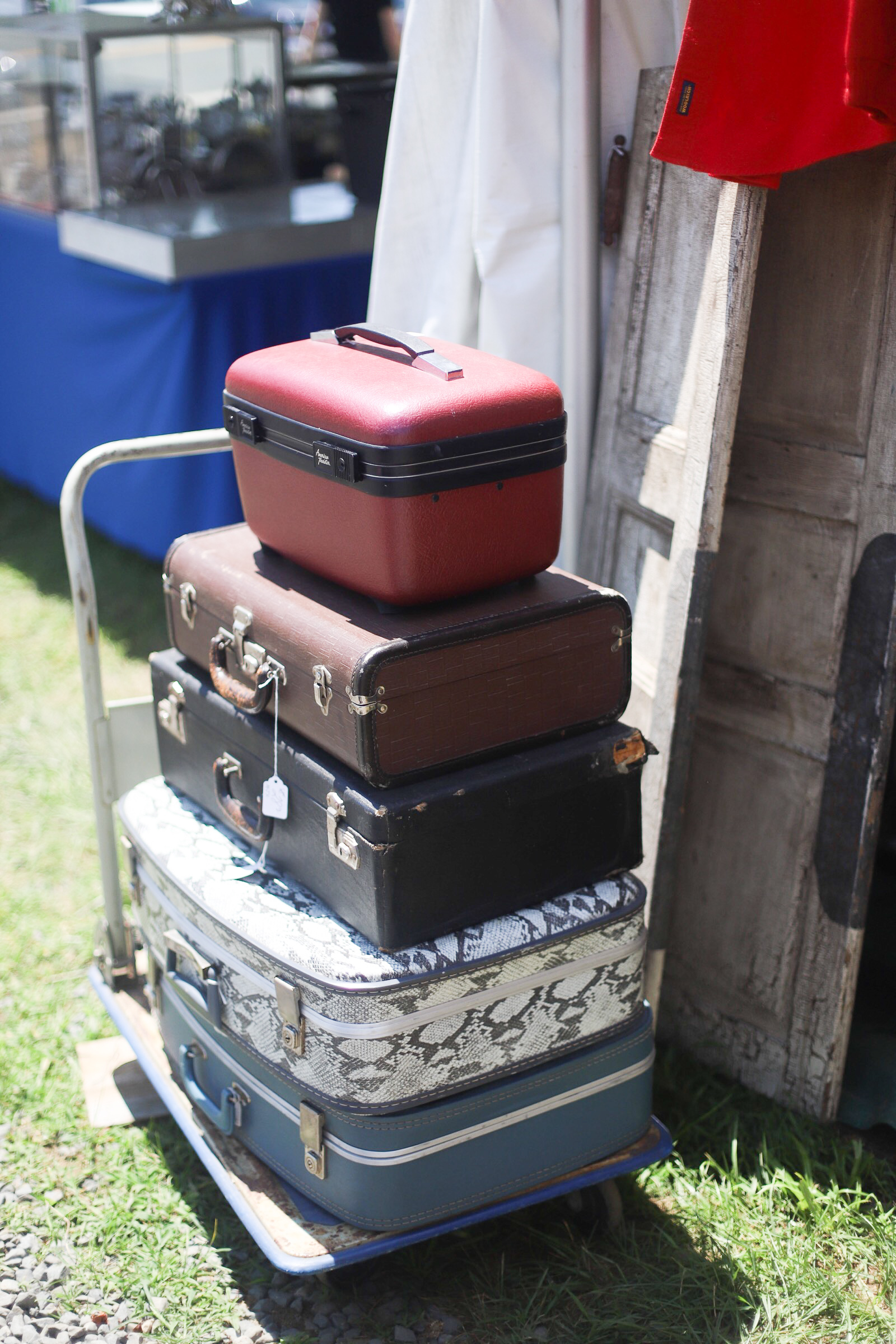 A guide to the Brimfield Antique Show and Flea Market - the largest of its kind in the country - and how to score the best vintage and thrift finds there! | glitterinc.com | @glitterinc