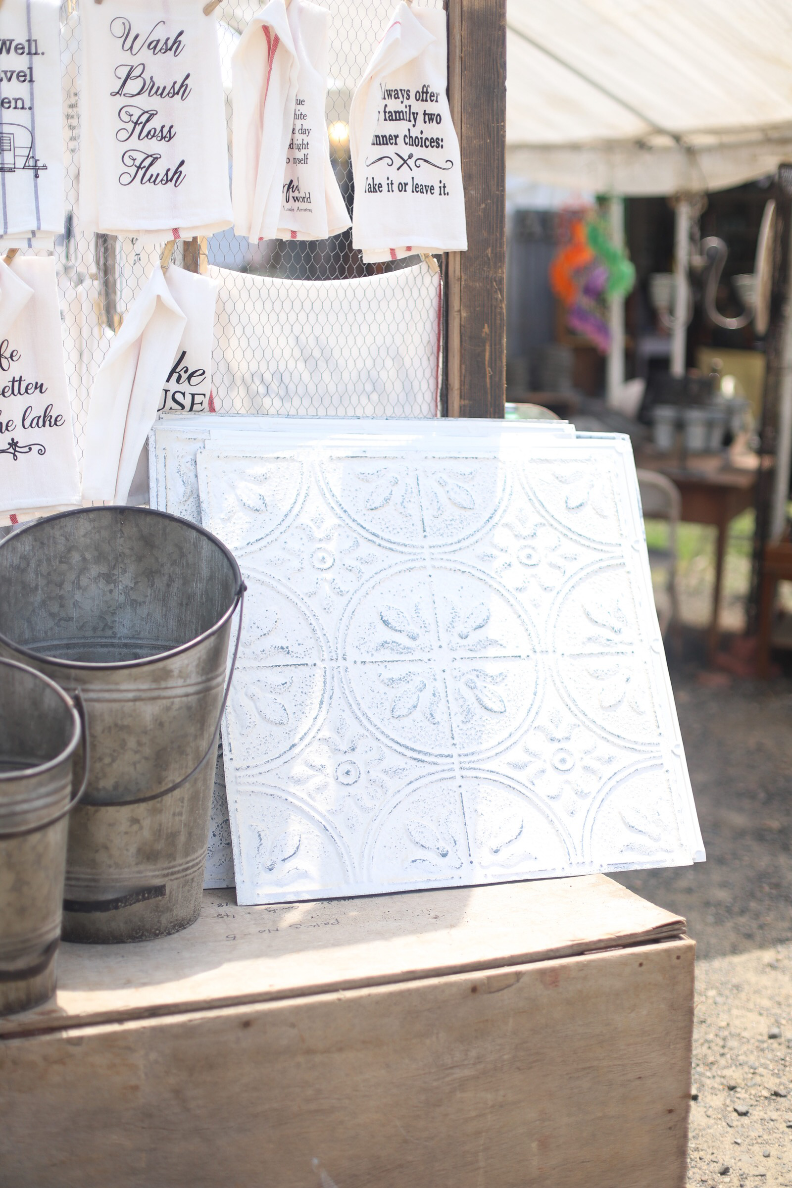 A guide to the Brimfield Antique Show and Flea Market- the largest of its kind in the country - and how to score the best vintage and thrift finds there! | glitterinc.com
