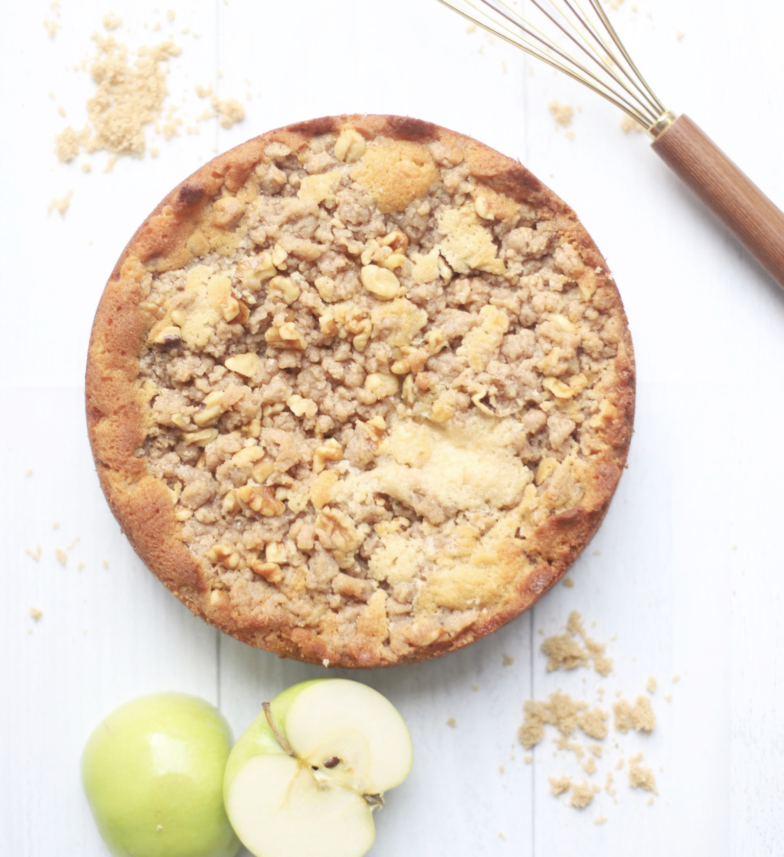 apple crumb cake with cinnamon sugar