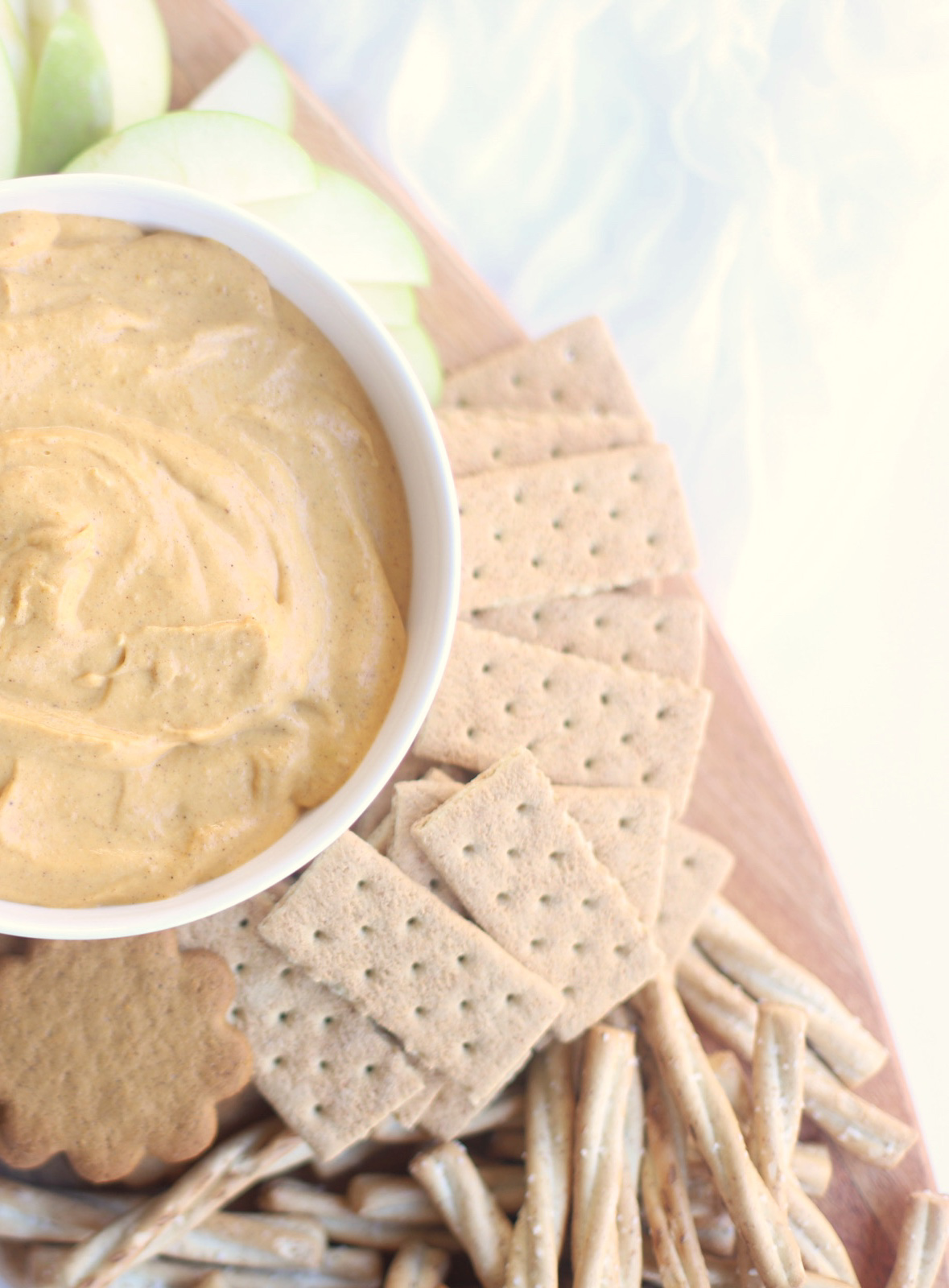 This Unbelievably Good Sweet Vegan Pumpkin Dip is basically no-bake pumpkin pie in dip form. Serve it with fresh fruit, graham crackers, ginger snaps, and pretzels for the best ever easy crowd-pleasing fall party dessert! Click through for the recipe. | glitterinc.com | @glitterinc