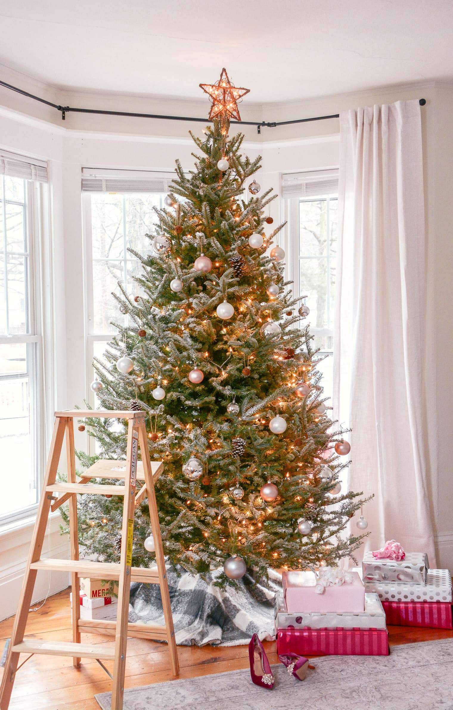 Learn to decorate your Christmas tree like a pro this holiday season with these easy and amazing tree decorating ideas and step by step tutorials! | glitterinc.com | @glitterinc // How to Flock a Real Christmas Tree