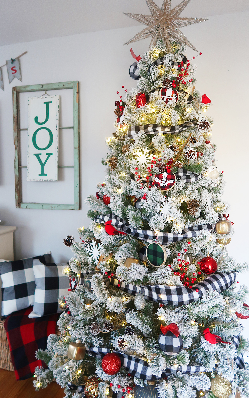 Learn to decorate your Christmas tree like a pro this holiday season with these easy and amazing tree decorating ideas and step by step tutorials! | glitterinc.com | @glitterinc // Flocked Buffalo Check Christmas Tree