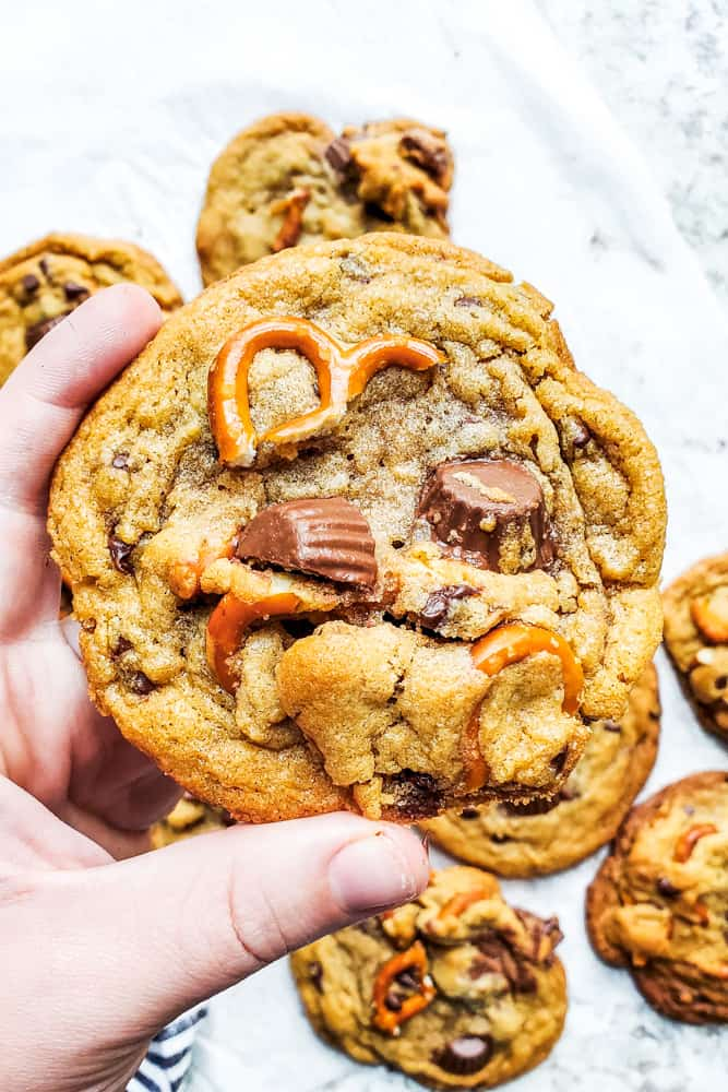 Peanut Butter Cup Cookies with Pretzels, plus how to throw a Christmas cookie exchange this holiday season! These hosting tips will help you to plan one awesome cookie swap party, including more than 40 recipes for our favorite holiday cookies ever! | glitterinc.com | @glitterinc