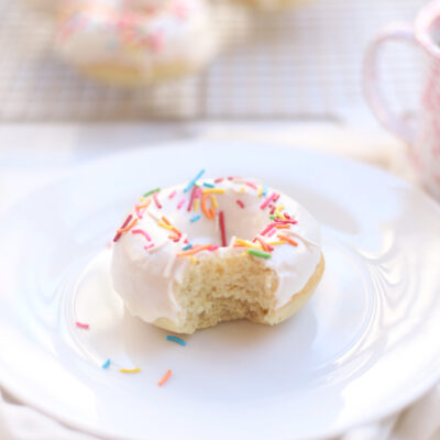 How to Make The Yummiest Vegan Vanilla Donuts - RECIPE - glazed donuts - baked doughnuts - GLITTERINC.COM