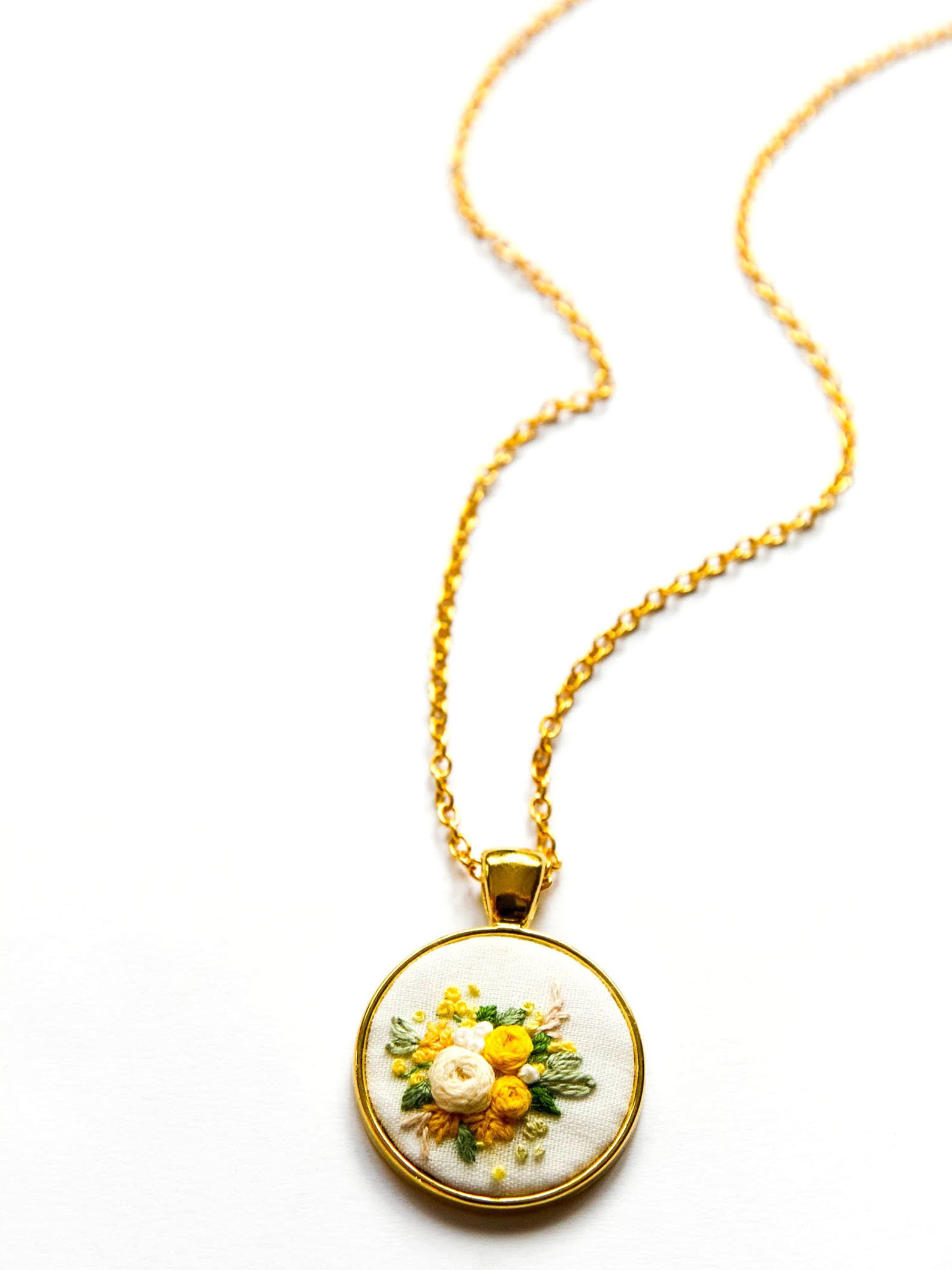 WEEKLY FINDS // Hand Embroidered Flowers Necklace