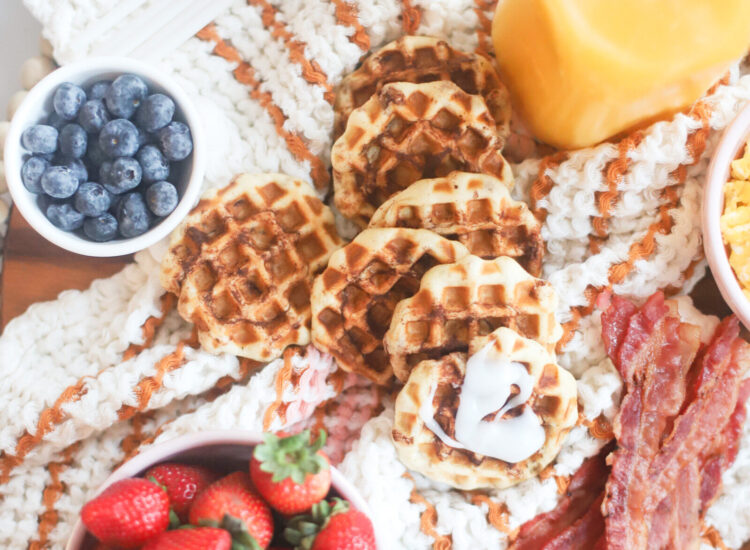 How to throw the easiest at-home family brunch this holiday season; perfect for celebrating with a simple and delicious breakfast the morning after Thanksgiving, Christmas morning, or the morning after New Years Eve!   @glitterinclexi   GLITTERINC.COM