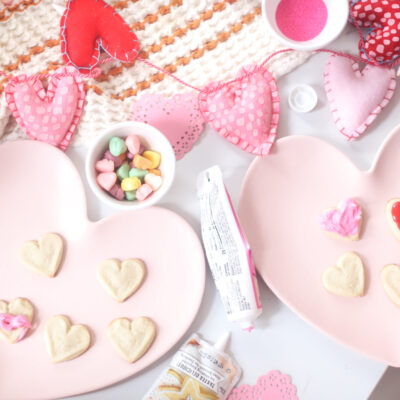 Here's a simple idea to celebrate the upcoming season of love: an at home kids Valentine's Day cookie decorating party! Plus, our favorite tips for easy holiday cookie decorating with little kids. | @glitterinclexi | GLITTERINC.COM