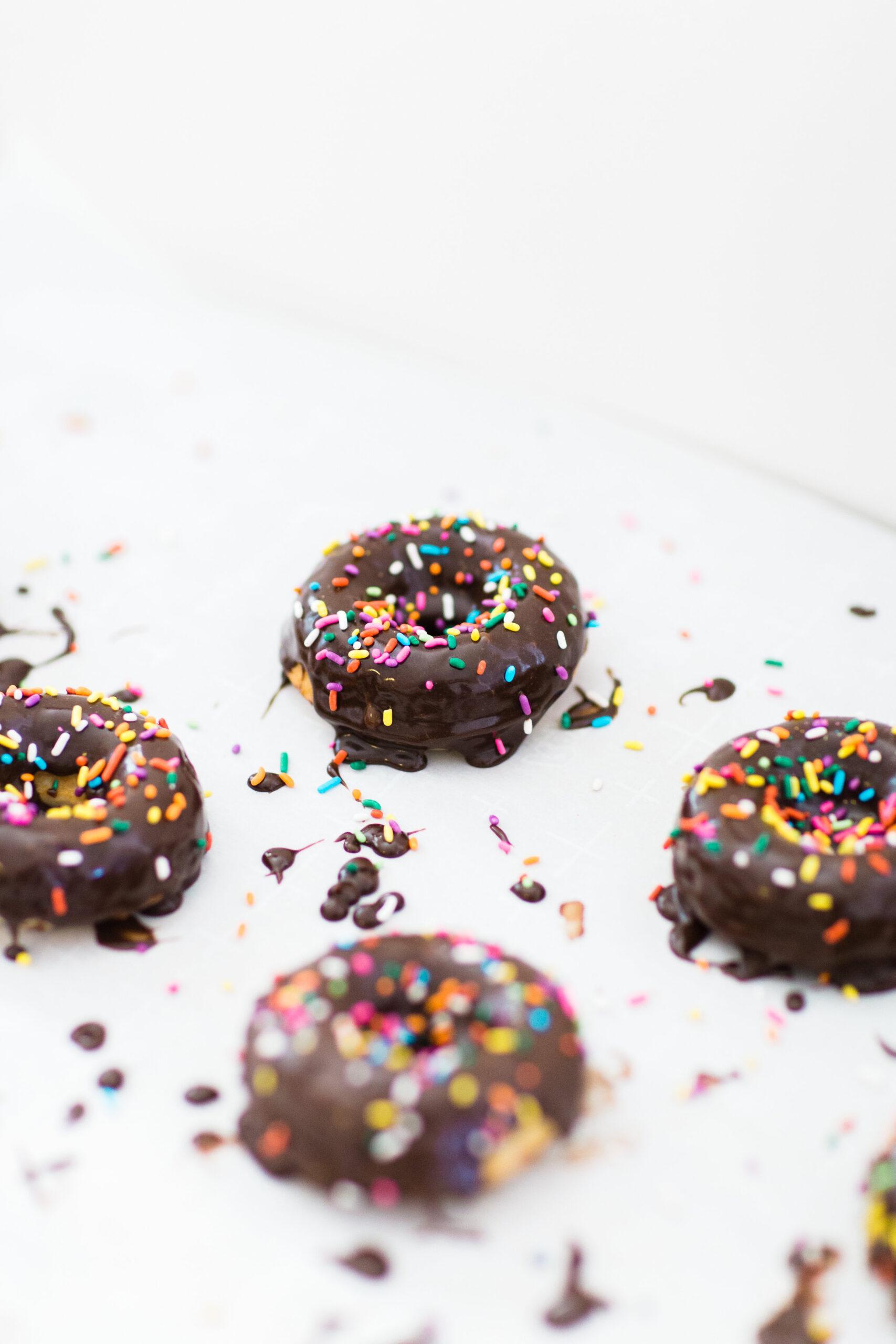 How to Make Easy Cake Mix Donuts - Baked Doughnuts - | @glitterinclexi | GLITTERINC.COM