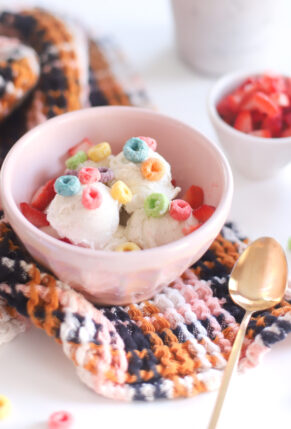 Let your kids and guests take the lead with a create-your-own ice cream treat dessert board, a perfectly festive way to beat the heat this summer! A sweet take on the charcuterie board trend, this ice cream buffet encourages the yummiest ice cream creations. | @glitterinclexi | GLITTERINC.COM
