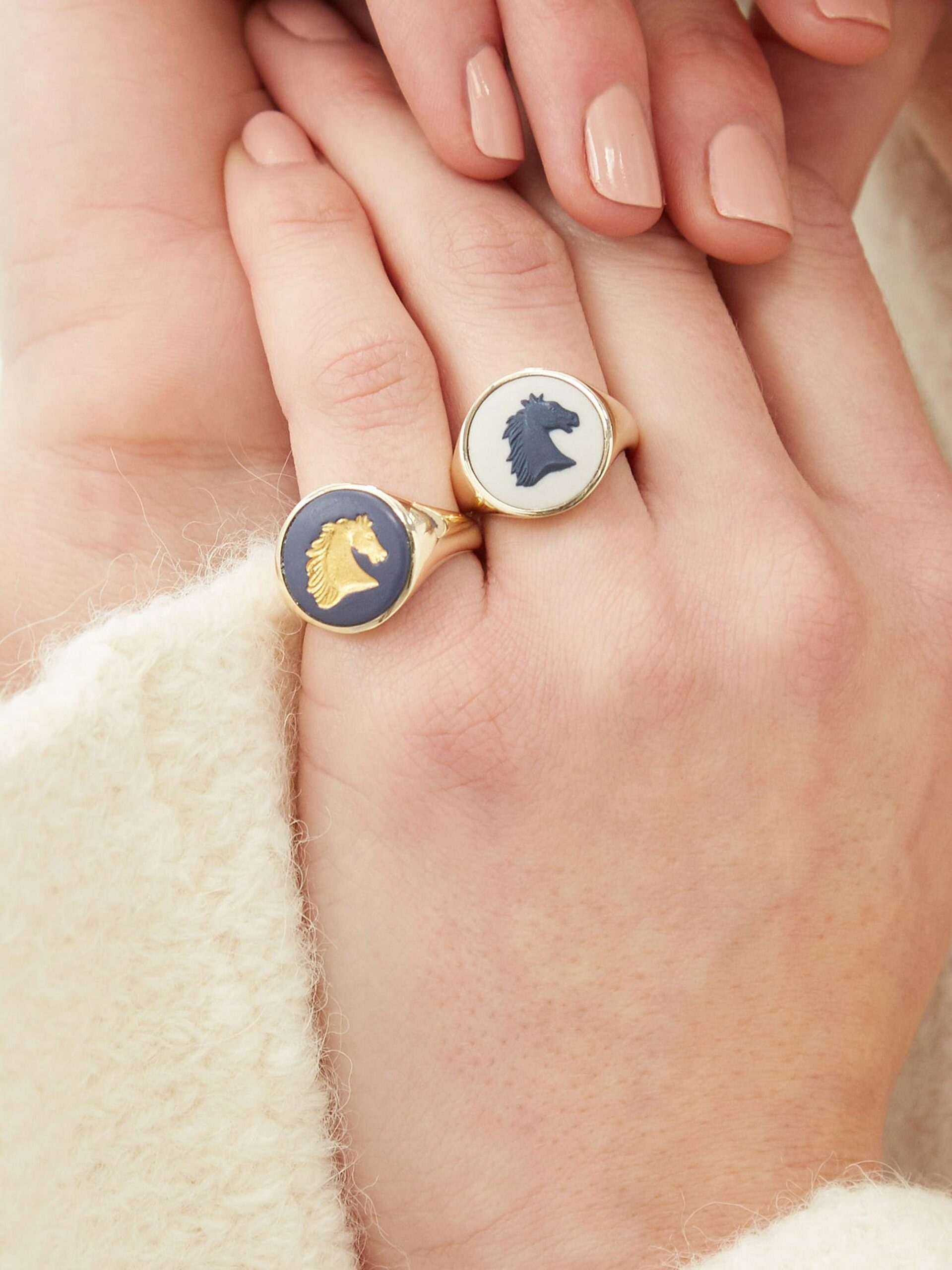 FERIAN Horse Wedgwood cameo & 9kt gold signet ring